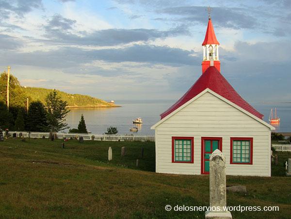 Pequeña iglesia frente a la bahía de Tadoussac